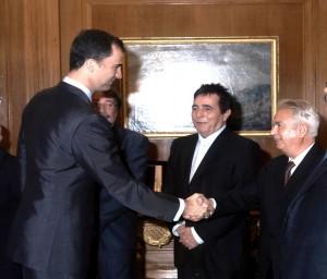 El Príncipe de Asturias saluda a Rafael G. Loza