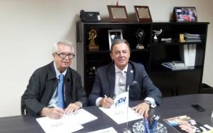 Momento de la firma del Acuerdo (izda. a dcha. Rafael G. Loza, Director FESYCO y José Luis Prieto, Presidente de UNAV)